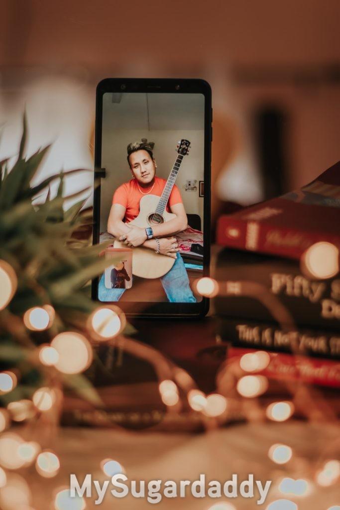 ragazzo in videochat con chitarra