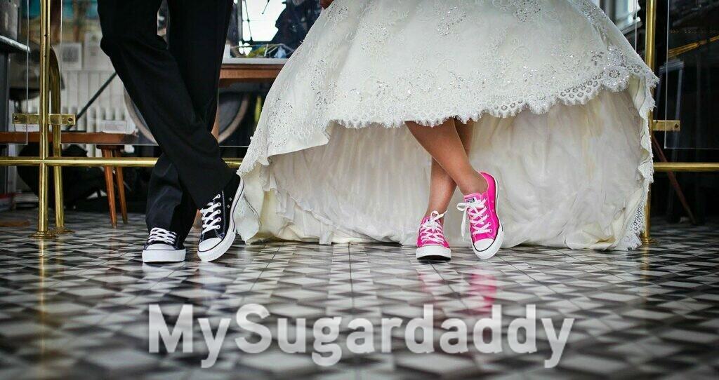 scarpe da tennis e vestito da sposa
