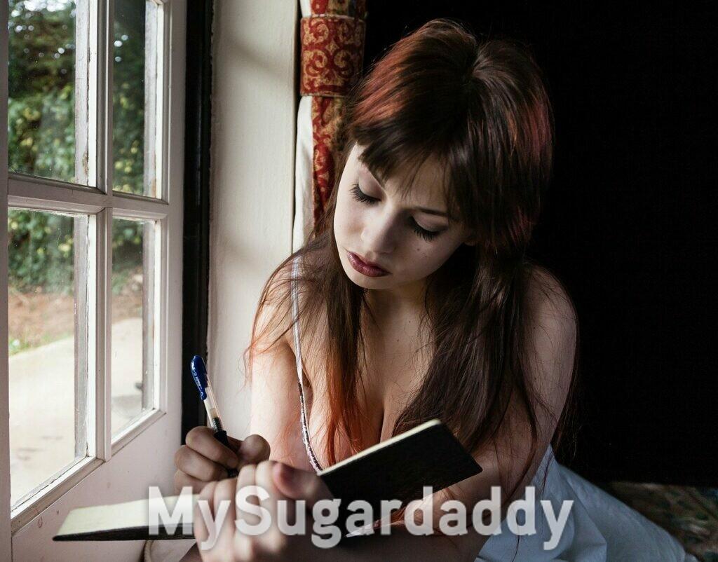 ragazza che scrive su un diario