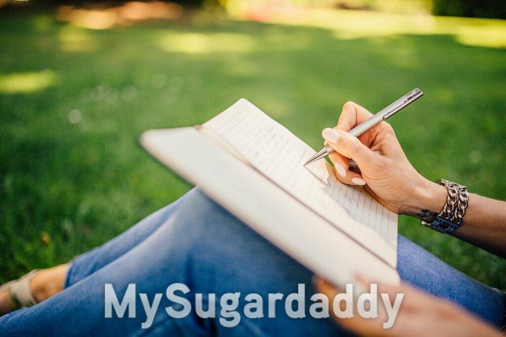 ragazza che scrive al parco