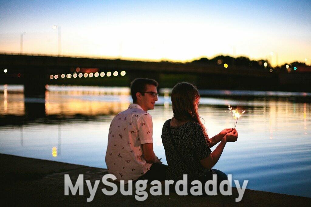 Galateo per Sugar Baby: coppia in riva al fiume di sera