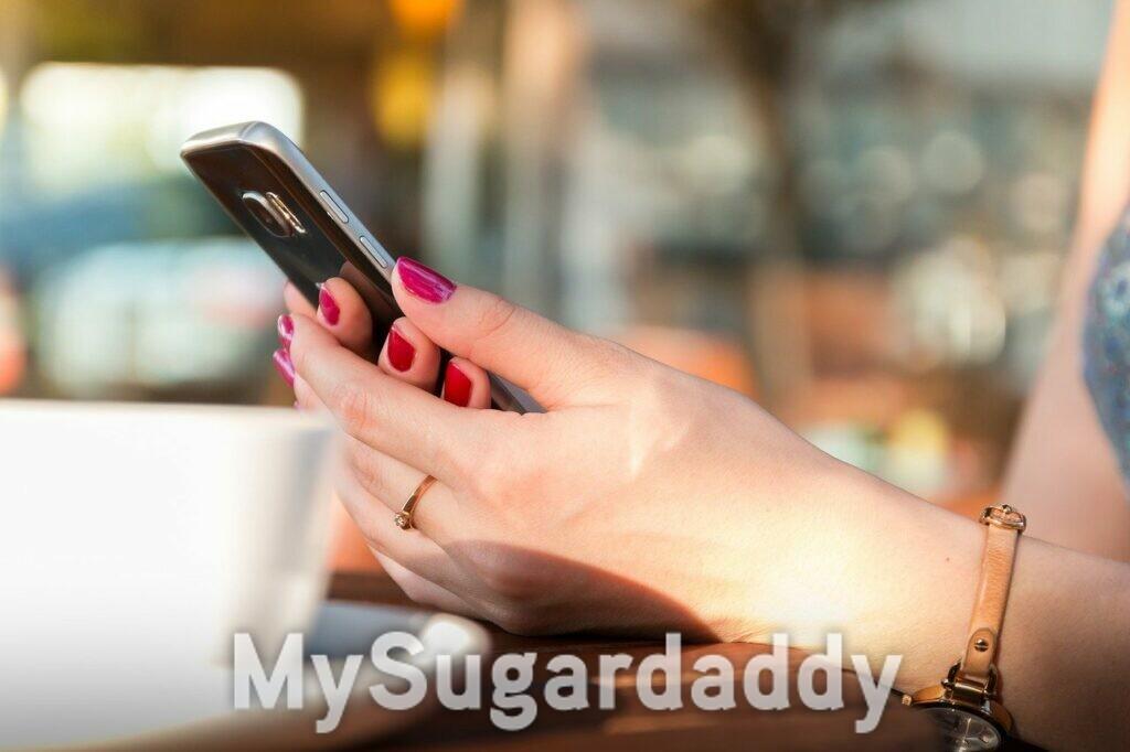 errori in chat - mani di donna che tengono un cellulare