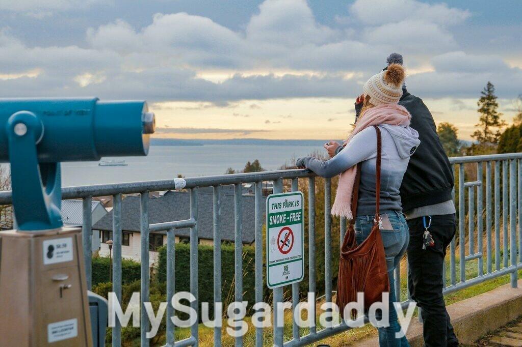 coppia che guarda il mare