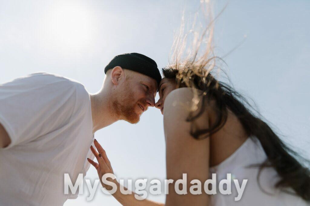 coppia che si sta per baciare - compatibili al primo appuntamento