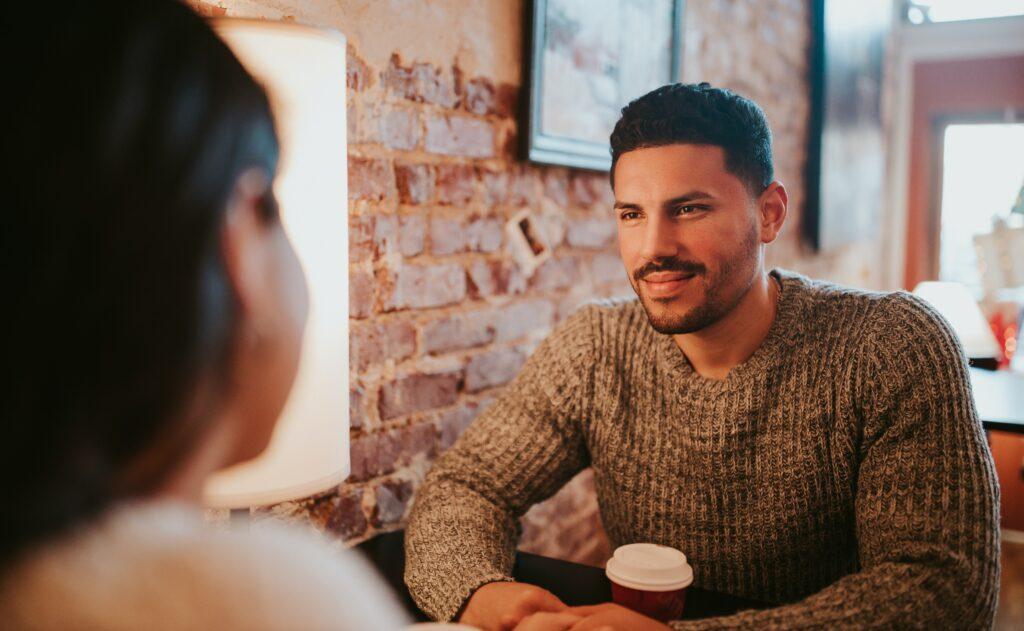 coppia al primo appuntamento - uomo che beve un caffé