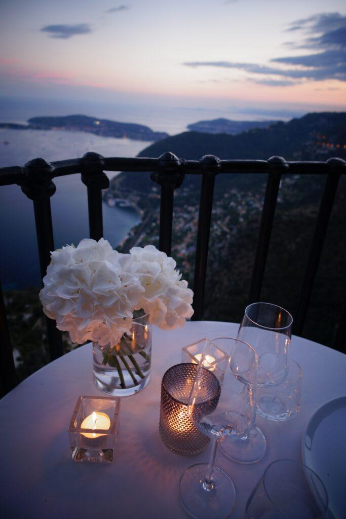 Appuntamento - cena romantica con fiori al tramonto