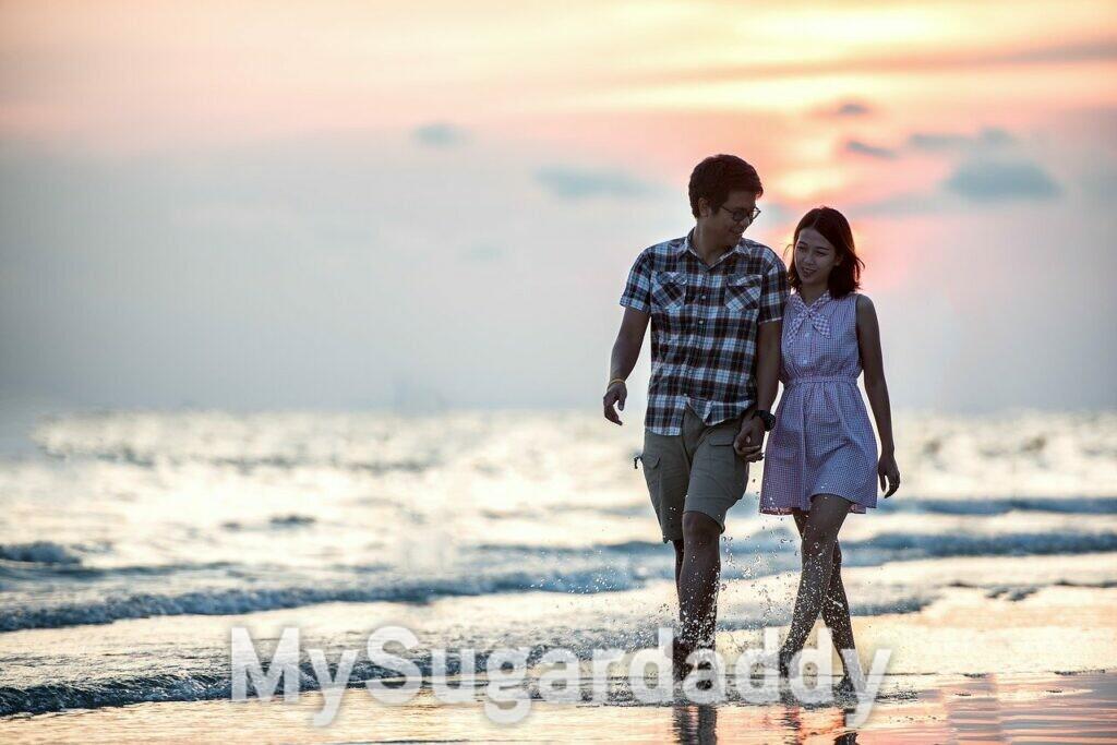 coppia che passeggia in riva al mare