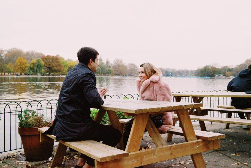 Argomenti di conversazione da evitare al primo appuntamento - coppia in riva al fiume