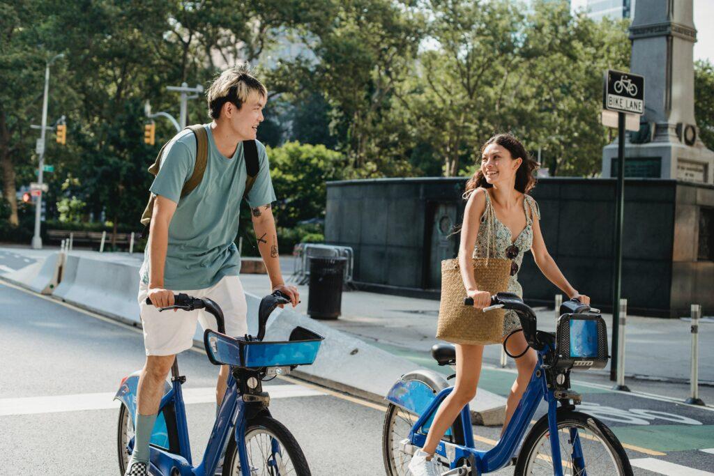 Argomenti di conversazione da evitare al primo appuntamento - coppia in bicicletta