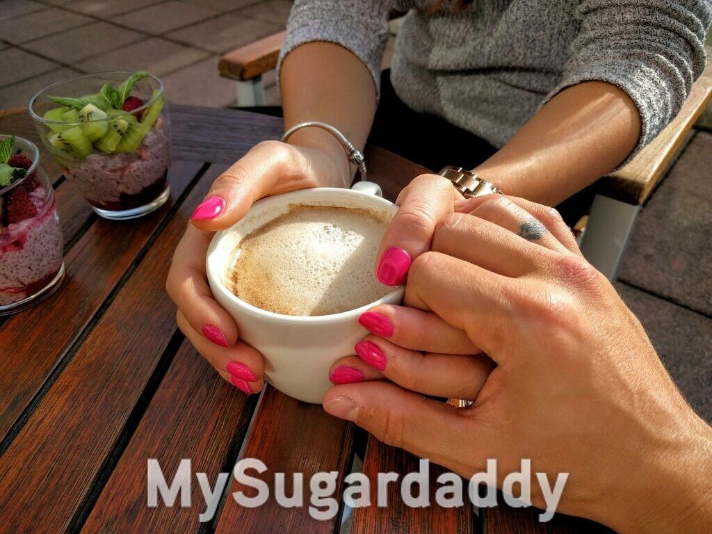 come capire se si sta innamorando - appuntamento al bar con un cappuccino - coppia che is tiene per mano